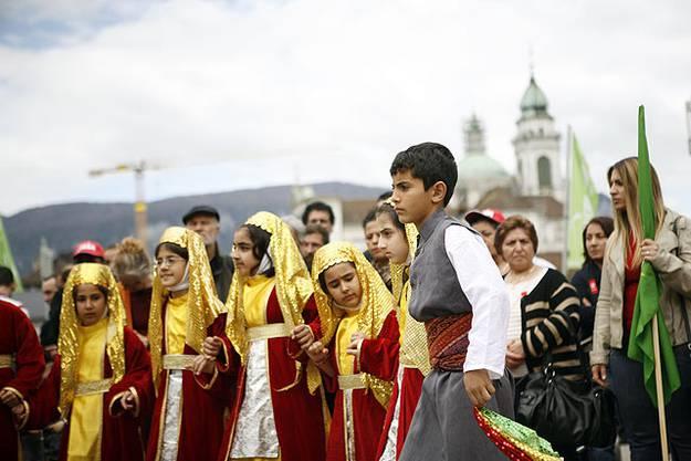 Kindertanz des kurdischen Kulturvereins auf dem Kreuzackerplatz