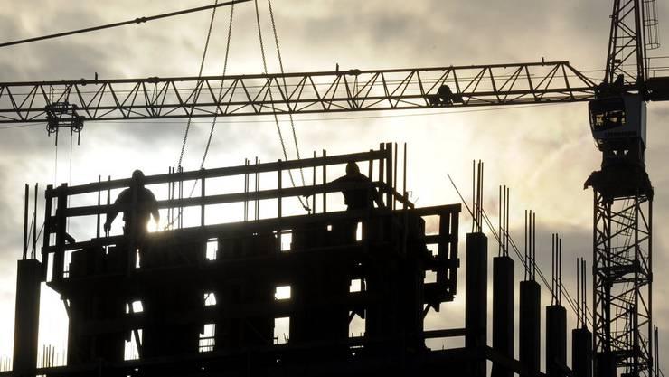 Der Kran hielt die Glasscheiben nicht oben. Sie stürtzten auf die beiden Bauarbeiter. (Symbolbild)