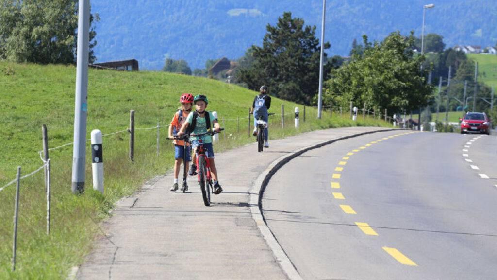 Entlang der Hauptstrasse in Merlischachen kann ein Geh- und Radweg erstellt werden.
