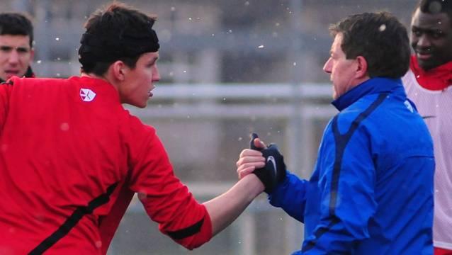 Jan Hartmann begrüsst im Training seinen Trainer Roland Hasler. Foto: HPS