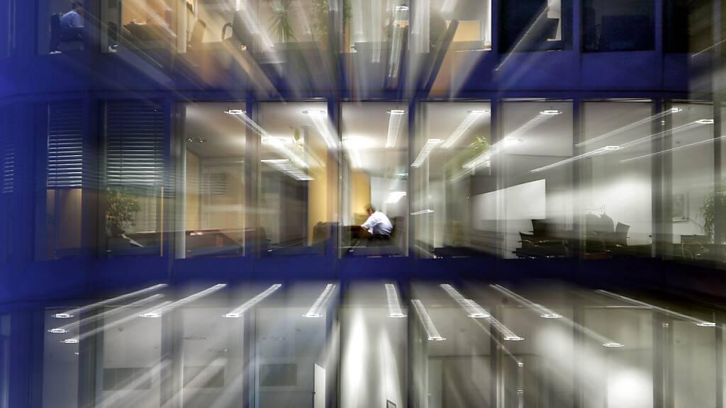 ARCHIV - Nach Einbruch der Dunkelheit sitzt ein Angestellter noch in seinem Büro am Schreibtisch. Foto: picture alliance / dpa