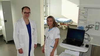 Volker Buhmann, stellvertretender Chefarzt Anästhesie, und Fachfrau Gesundheit Any Loren Palomo in der neuen Tagesklinik.