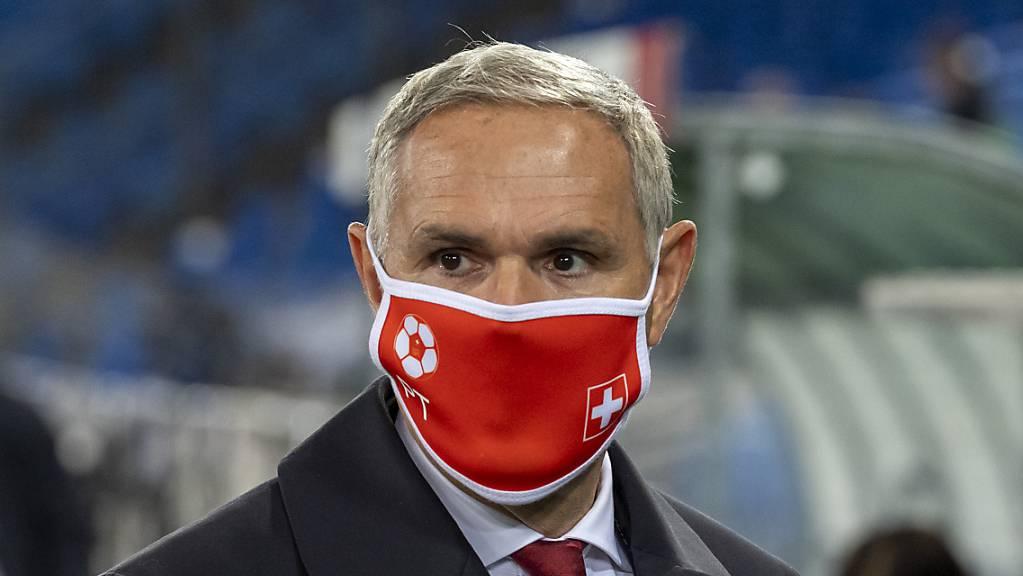 Die Maske wurde auch für Pierluigi Tami und die Schweizer Nationalmannschaft zum ständigen Begleiter 2020.