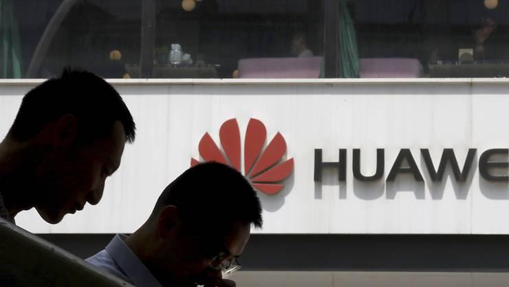 Wegen Massnahmen der Trump-Regierung: Der chinesische Technologiekonzern Huawei entlässt im Forschungsbereich in den USA 600 der 850 Beschäftigten.