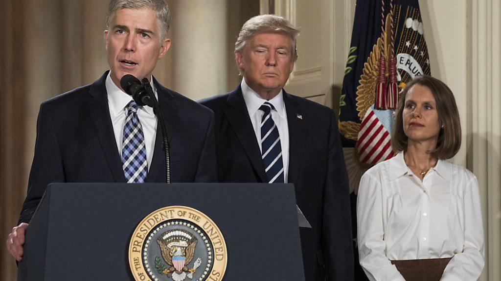 Neil Gorsuch äussert sich nach seiner Ernennung als Kandidat für das Oberste Gericht der USA durch Präsident Donald Trump. Rechts: Gorsuchs Ehefrau Marie Louise.