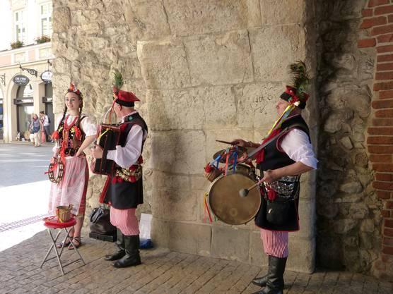 Eine Folkloregruppe musiziert im Florianstor.