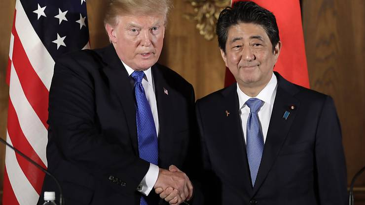 US-Präsident Donald Trump (links) und der japanische Ministerpräsident  Shinzo Abe werden sich Mitte April treffen, um unter anderem über Strafzölle zu beraten. (Archivbild)