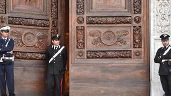 Die Basilika Santa Croce bleibt für die Ermittlungen vorerst geschlossen, Polizisten sichern das Gebäude ab: Ein 52-jähriger Spanier war am Vortag von einem herabfallenden Stein erschlagen worden. Die Staatsanwaltschaft folgt dem Verdacht der fahrlässigen Tötung.