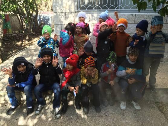 Diese syrischen Kinder konnten bereits von den Mützen profitieren.