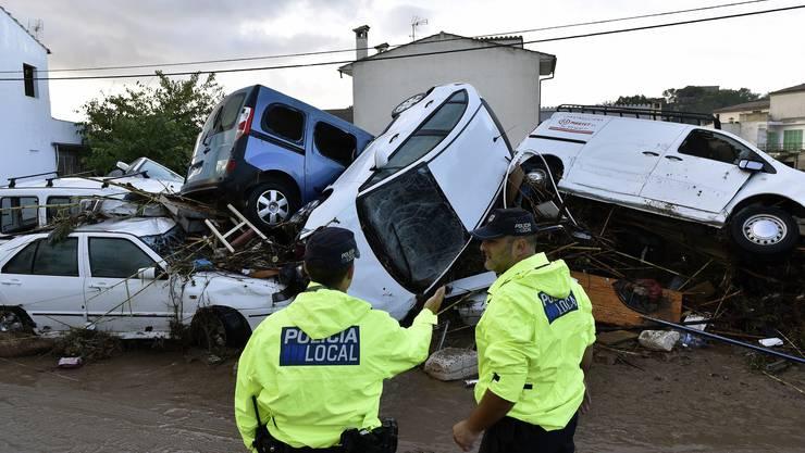 Chaos in Mallorca: Zahlreiche Autos wurden von den Wassermassen mitgerissen.
