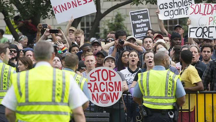 Mit einem grossen Polizeiaufgebot wurde am Sonntag in Washington eine Kundgebung von Rechtsextremen von einer Gegendemonstration getrennt.