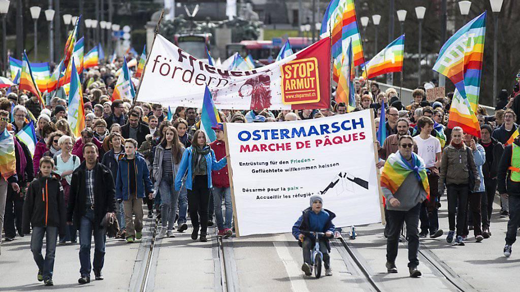 Hunderte Friedensaktivisten und -aktivistinnen ziehen beim traditionellen Ostermarsch durch die Stadt Bern.