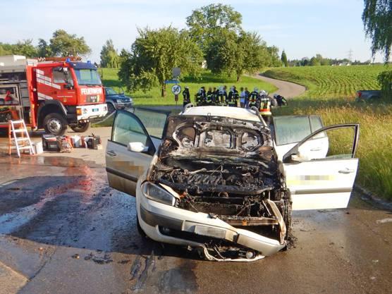 Am Montagmorgen ist in Ellighausen ein Auto in Brand geraten. Der 22-jährige Fahrer versuchte erfolglos, mit einem Handfeuerlöscher die Flammen einzudämmen. Er blieb unverletzt.
