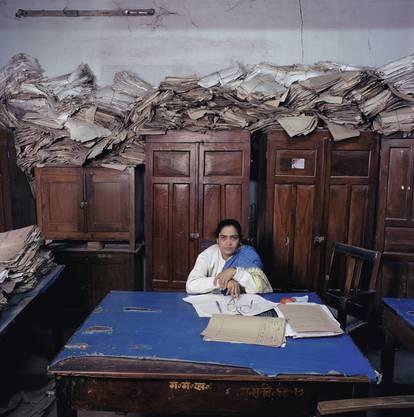India, bureaucracy, Bihar, (c) Jan Banning 2004. Sushma Prasad. Sie ist stellvertretende Beamtin im Kabinett-Sekretariat des indischen Bundesstaats Bihar. Ihr monatliches Gehalt beläuft sich auf 5000 Rupien, was heutzutage 72 Franken entspricht.