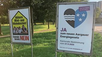 Das Plakat des Hauseigentümerverbandes (HEV) Aargau wirbt für ein Nein. Auf ein Ja hoffen die Grünliberalen mit ihrem Plakat. Einträchtig nebeneinander stehen hier ein Nein-Plakat der SVP (links) und ein Ja-Plakat des überparteilichen Pro-Komitees zum neuen aargauischen Energiegesetz.