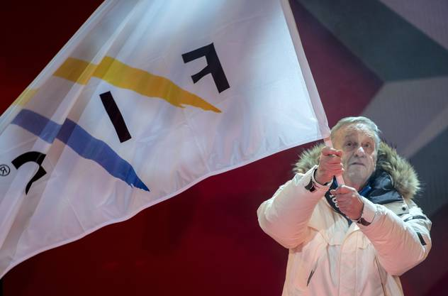 epa07343588 Gian Franco Kasper, president of the International Ski Federation (FIS), waves a FIS flag on stage during the opening ceremony of the FIS Alpine Skiing World Championships in Are, Sweden, 04 February 2019. EPA/CHRISTIAN BRUNA