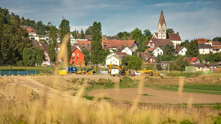 Nach fast zehnjährigem Hin und Her ist auch die Umfahrung Mellingen im Bau (im Hintergrund Wohlenschwil).