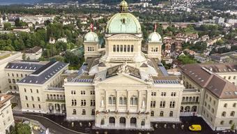 In Bern treffen heute die Parlamentarierinnen und Parlamentarier zur Herbstsession ein. In den nächsten drei Wochen geht es im Bundeshaus unter anderem um Unternehmenssteuern und Waffen. (Archiv)