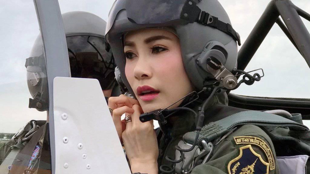 Thailands König zeigt seine Geliebte