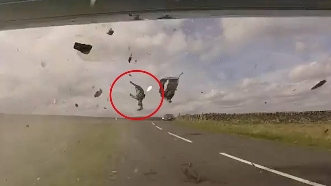Schockierendes Präventions-Video: Motorradfahrer mehrere Meter durch die Luft geschleudert