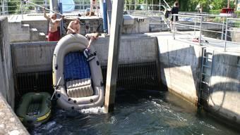 Die Bootsfahrer missachteten am Sonntag auf der Reuss das Schild «Lebensgefahr!», fuhren durch das Fahrverbot und blieben dann schlussendlich im Rechen hängen. Sie kamen mit dem Schrecken davon.