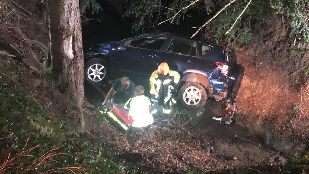 Autofahrerin stürzt Böschung hinunter