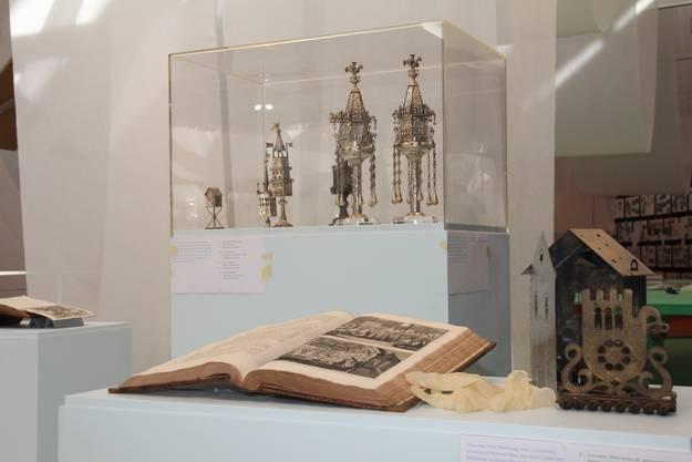 Ritualgegenstände in der Ausstellung