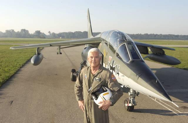 Schnelles Hobby: Bob Lutz vor seinem Kampfjet der Deutschen Luftwaffe. Er hatte ihn einst für 600'000 Dollar gekauft.