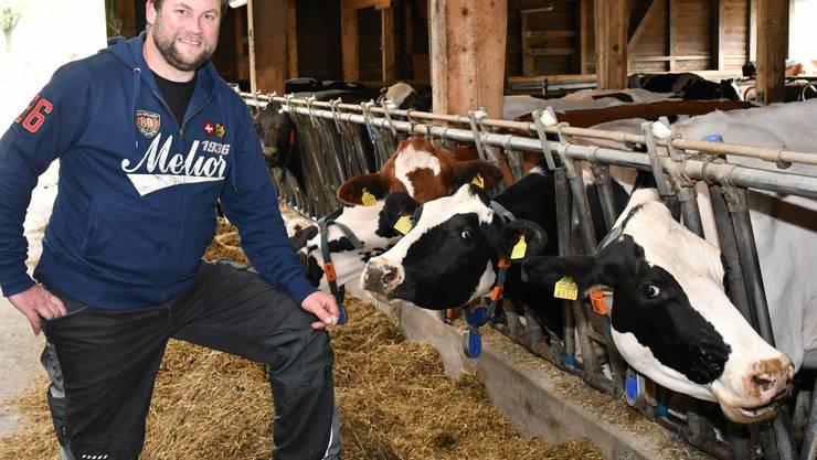 Beat von Felten mit den Kühen in seinem Stall in Kestenholz.