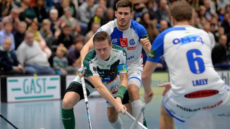 SV-Wiler-Ersigen-Captain Tatu Väänänen wird gleich von mehreren Gegenspielern in die Mangel genommen.