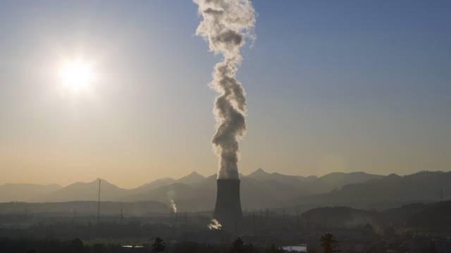 Dampffahne über dem Kühlturm des Atomkraftwerks von Gösgen (Archiv)
