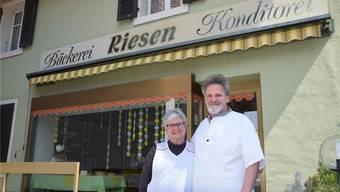 André und Christina Riesen vor der Bäckerei in Oberdorf, die ihre Türen für immer schliesst.
