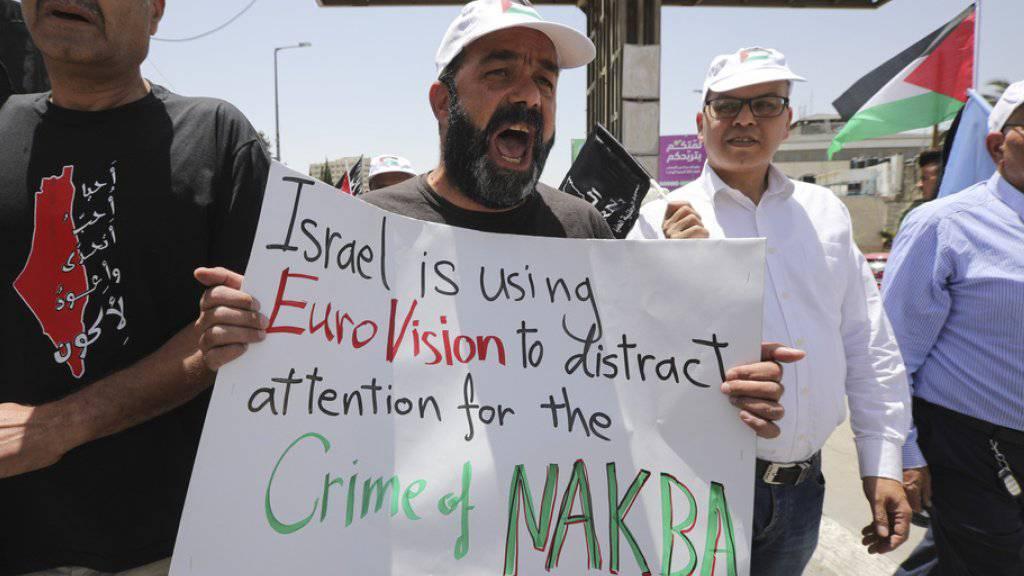 «Israel benutzt EuroVision, um vom Verbrechen der Nakba abzulenken» steht auf einem Plakat, mit dem Palästinenser an ihrem Tag der Katastrophe (Nakba) gegen den Eurovision Song Contest in Tel Aviv demonstrieren.