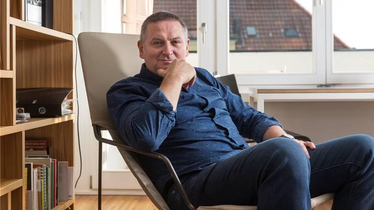 Autor Georgi Gospodinov in seiner Residenzwohnung beim Klusplatz in Zürich. Seine Pflicht sei, gute Bücher zu schreiben – auf Bulgarisch!