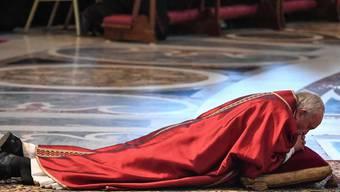 Papst Franziskus legte sich zu Beginn der Karfreitagsliturgie im Petersdom auf einen Teppich und betete.