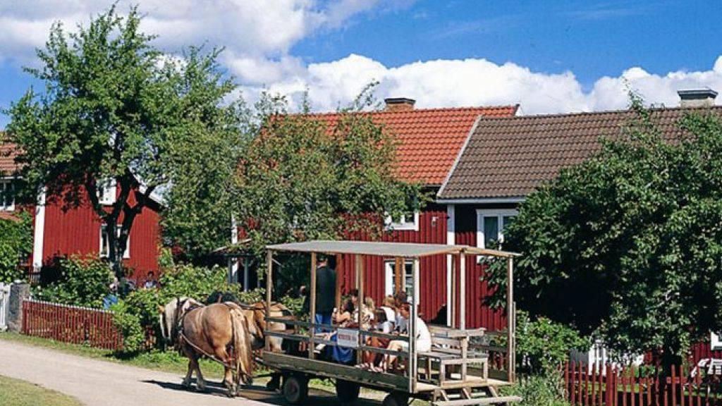 Im mittleren dieser drei Häuser in Vimmerby wuchs Astrid Lindgrens Vater auf. Das Häuschen bildete die Kulisse zu Lindgrens Kinderbuch «Wir Kinder aus Bullerbü» und von der gleichnamigen Verfilmung durch Lasse Hallström. Nun steht es für knapp 100'000 Franken zum Verkauf. (Pressebild Gde Vimmerby)