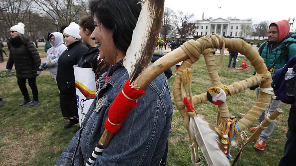 Ihr Zorn auf Trump ist gross: Sioux vor dem Weissen Haus in Washington.