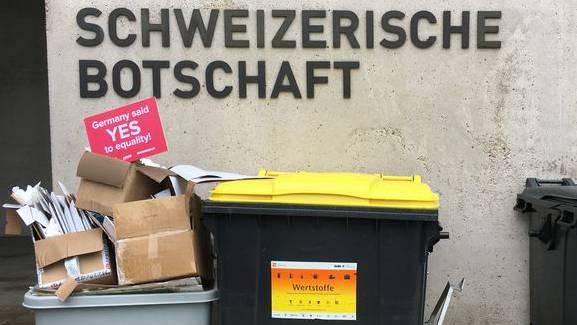 Transparent vor der Schweizerischen Botschaft in Berlin.