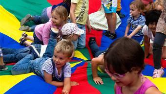 Beliebt: Kinder und Eltern toben sich am Sprungtuch aus. Bild:zvg