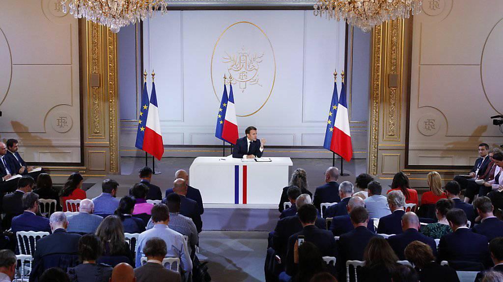 Vier Wochen vor der Europawahl hat Frankreichs Staatschef Emmanuel Macron den Franzosen neue milliardenschwere Zugeständnisse in Aussicht gestellt.