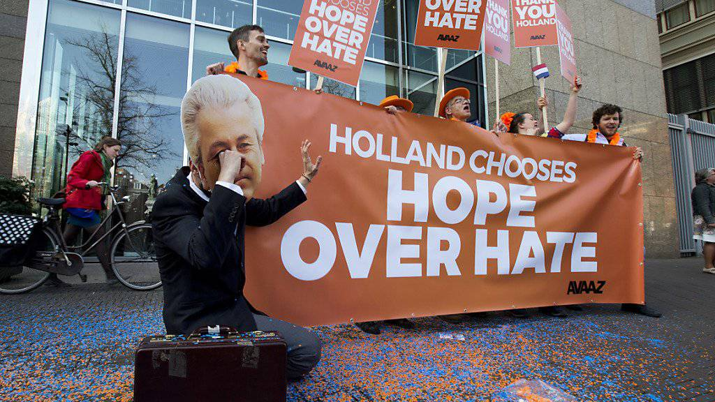 Kein Erdrutschsieg für Wilders: Vor dem Parlament bedankt sich eine kleine Gruppe Wähler, dass die Niederlanden Hoffnung statt Hass gewählt hätten.