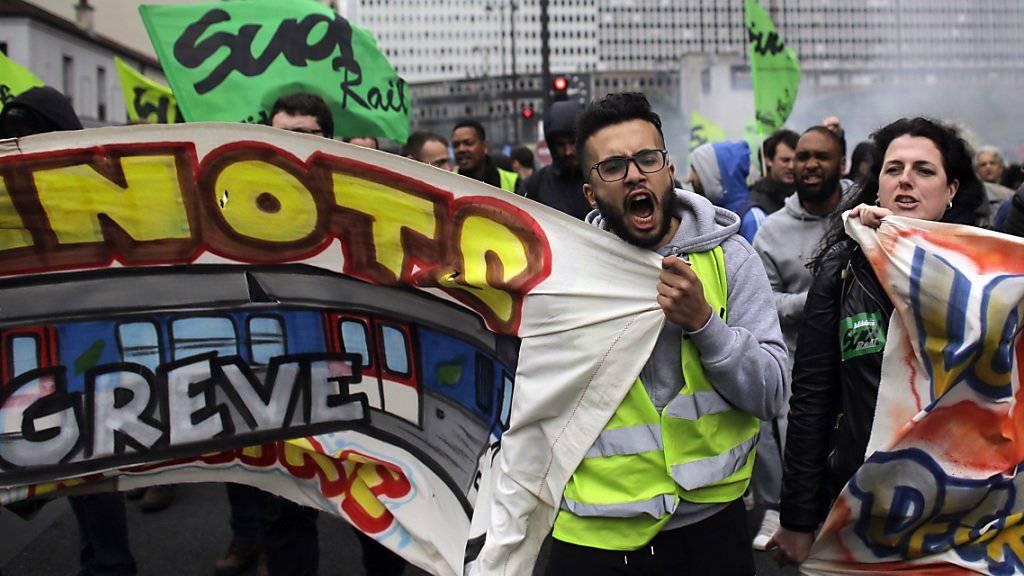 Gewerkschaftsmitglieder gehen in Frankreich seit Tagen auf die Strasse, um gegen eine Arbeitsmarktreform zu protestieren. Bei der Bevölkerung schwindet die Unterstützung für die Streiks. (Archivbild)