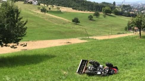 Ein Bauer verletzte sich, als sich sein Traktor, beim Versuch vom steilen Feld auf die Strasse zu gelangen, überschlug und ihn abwarf.
