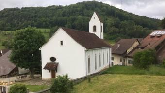Die reformierte Kirchgemeinde Rothenfluh  im Bild die Kirche - überlegt sich, das Pfarrhaus abzutreten.