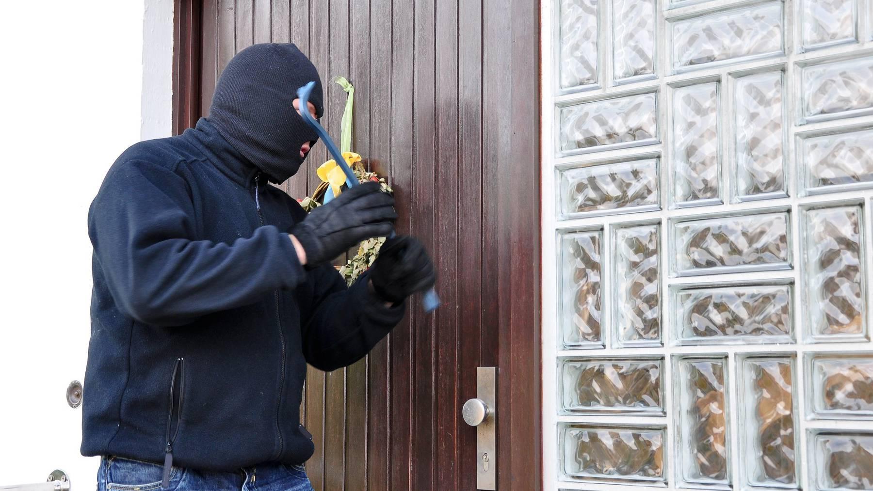 Den Tätern gelang es bei den Einbrüchen, Wertgegenstände in der Höhe verschiedener Geldbeträge zu stehlen.