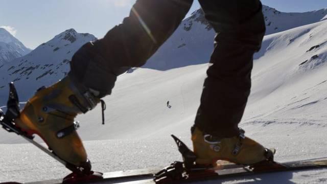 Ein Skitourengänger steigt dem Gipfel entgegen (Archiv)