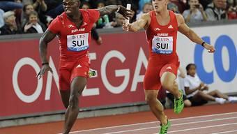 Pascal Mancini (rechts) übergibt an Staffelkollege Amaru Schenkel