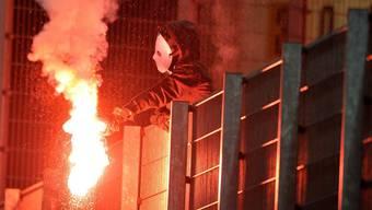 Ein Pyro-Fan: Ersttäter sollen in Frankfurt mit Wäschewaschen auf den rechten Weg gebracht werden.