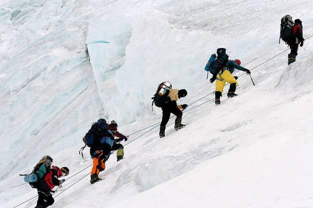 Schon manch einem Bergsteiger hat die Höhenkrankheit den Weg zum Gipfel versperrt. Ab 5500 Metern halbiert sich der Luftdruck, der Gasaustausch durch die Wände der Lungenbläschen nimmt ab. Weniger Sauerstoff gelangt in den Körper. Und schon vermiesen vielleicht Kopfweh und Übelkeit den spektakulären Ausblick. Höhenkrankheit kann in einem Höhenlungen- oder Höhenhirnödem und mit dem Tod enden. Kein Wunder, heisst es unter Bergsteigern: «Trau keinem über 4000 Metern, schon gar nicht dir selber.» In noch extremerer Höhe und noch dünnerer Luft wie auf dem Mount Everest ist schon ein einzelner Schritt eine ungeheure Anstrengung.