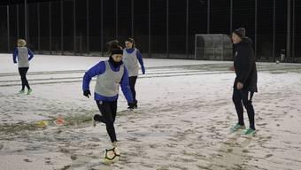 Trainiert wird auch bei Schneefall: Der Trainer Erhard «Hardy» Lüscher ist überzeugt von seinen Spielerinnen.